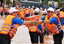 Gần 300 triệu đồng ủng hộ nhân dân các tỉnh Nam Trung Bộ bị ảnh hưởng bởi lũ lụt