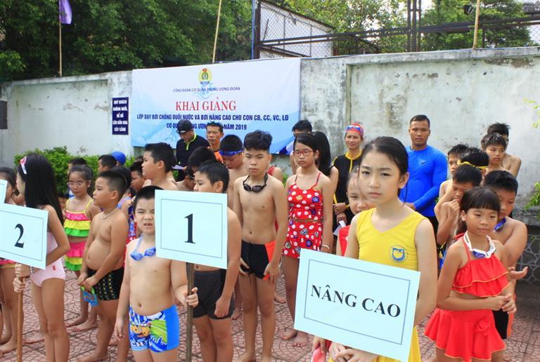 Khai giảng Lớp dạy bơi chống đuối nước cho con cán bộ Trung ương Đoàn