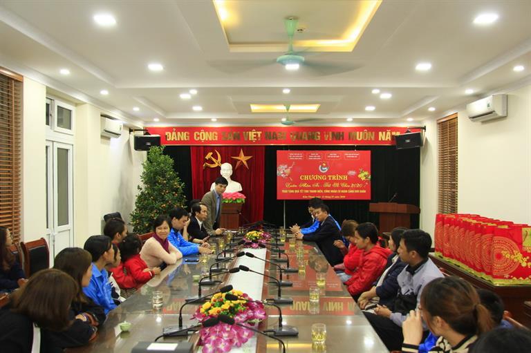 Tặng quà tết cho thanh niên công nhân huyện Đông Anh, Hà Nội