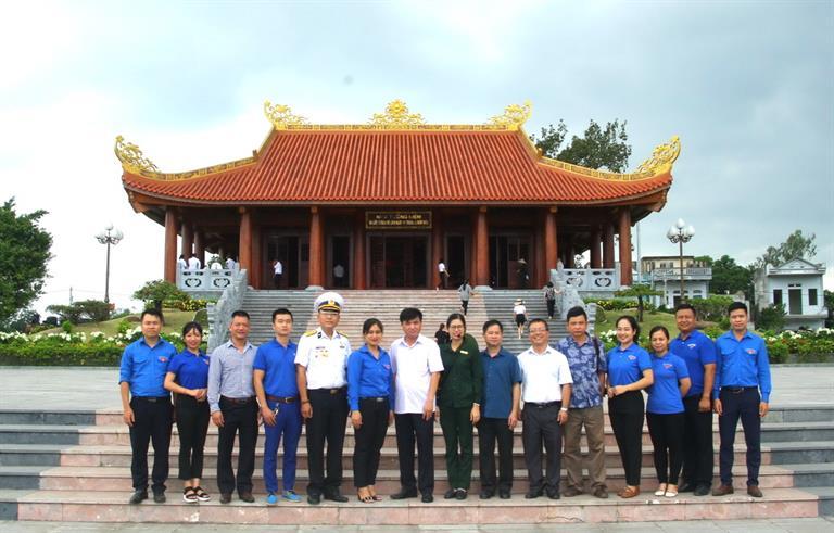 Đoàn công tác Trung tâm Thanh thiếu niên Trung ương dâng hương tưởng nhớ 60 Anh hùng-Liệt sỹ TNXP Đại đội 915, tỉnh Thái Nguyên.