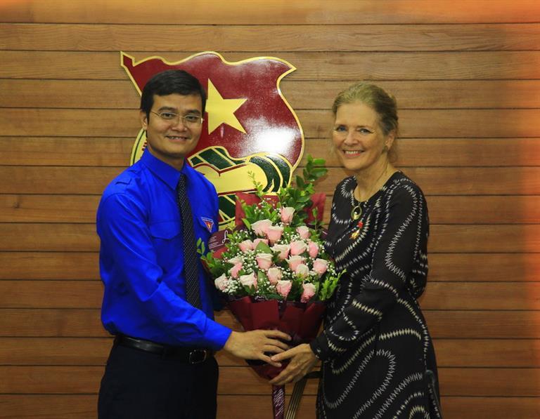 """Trao Kỷ niệm chương """"Vì thế hệ trẻ"""" cho Trưởng Đại diện Quỹ Dân số LHQ tại Việt Nam"""