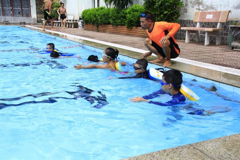 57 em được cấp Chứng nhận hoàn thành kỹ năng bơi lội, phòng chống đuối nước