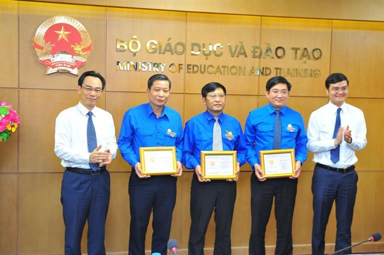 Trao kỷ niệm chương 'Vì sự nghiệp giáo dục' cho 5 đồng chí lãnh đạo Trung ương Đoàn