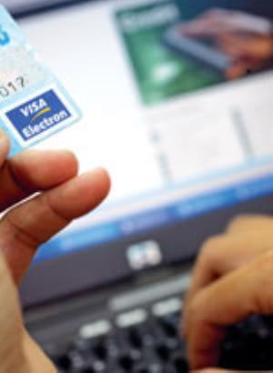 Thanh toán qua mạng, không xài máy tính lạ và nên thường xuyên thay đổi mật mã, bởi vì có những mềm có thể lấy cắp mật mã, thông tin cá nhân của người dùng thẻ. Ảnh : A.Q  (SGTT)